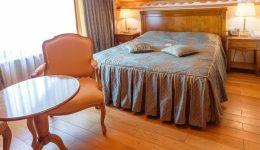 Фото одной большой кровати экоотеля