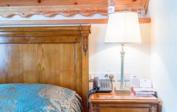 Освещение номера в экоотеле с большой кроватью в доме фото