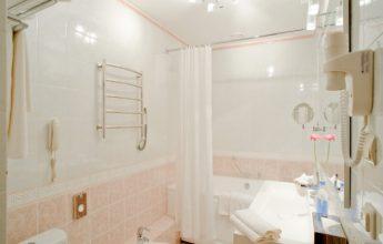 Просторная ванная комната с ванной с гидромассажем трехкомнатного номера Сюит