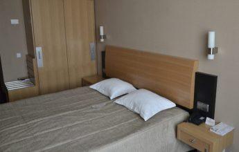 Фото номера с одной большой кроватью