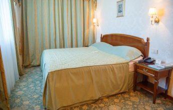 Просторная кровать в номере люкс фото