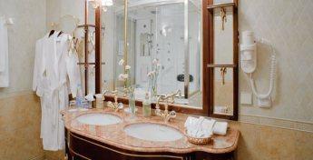Апартаменты ванной комнаты роскошного номера Сюит Президентский фото