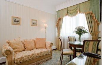 Уютный номер люкс гостинечного комплекса ГРИНН