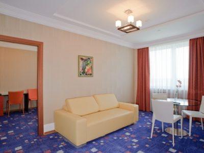 Двухкомнатный номер люкс гостиницы ГРИНН фото