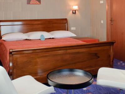 Снять номер с king size кроватью в гостиничном комплексе ГРИНН фото