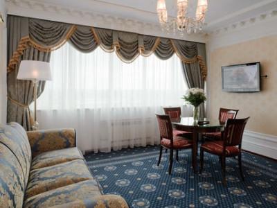 Уютная гостиная трехкомнатного номера Сюит фото