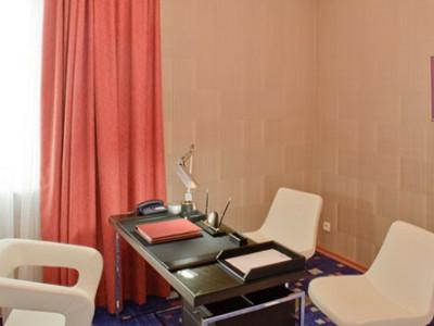 Фото комфортного отдельного кабинета в номере Сюит гостиницы ГРИНН