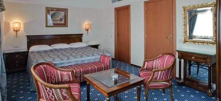 Фото номера Сюит с огромной кроватью по доступной цене